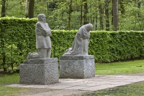 Kathe Kollwitz-grieving-parents-statues-1