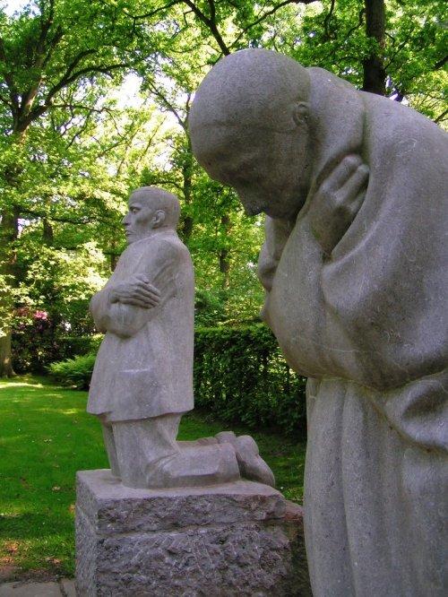 Kathe Kollwitz-grieving-parents-statues-2