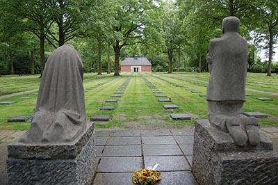 Kathe Kollwitz-grieving-parents-statues-3