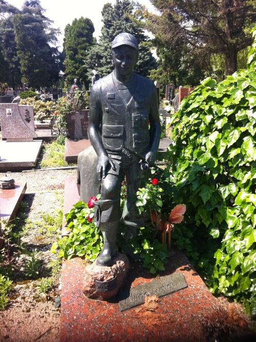 around nonno's grave 003