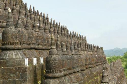 koe-thaung-temple-stupas